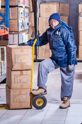 worker in a 3PL warehouse